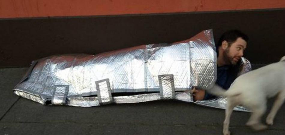 O saco de dormir é uma alternativa para moradores de rua