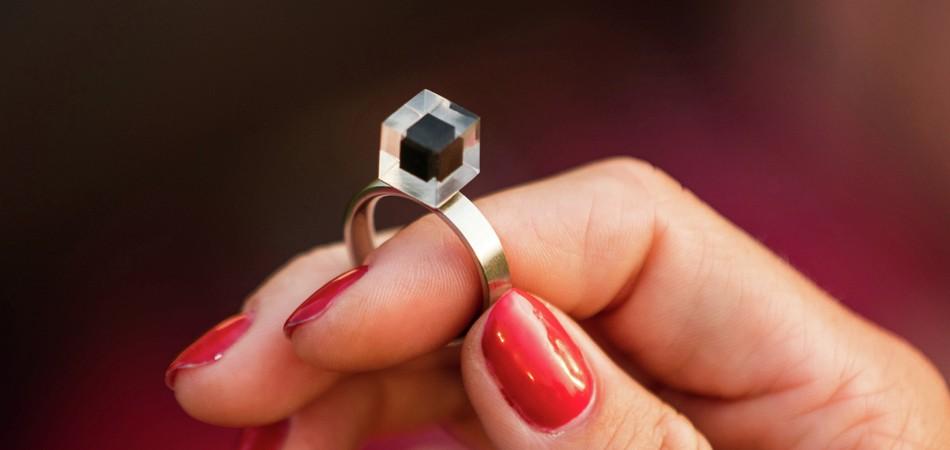Inusitado: Purificador de ar transforma poluição em incríveis jóias 1