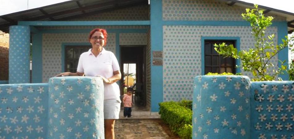 Em 20 dias, boliviana constrói casas de garrafa PET para famílias carentes 3