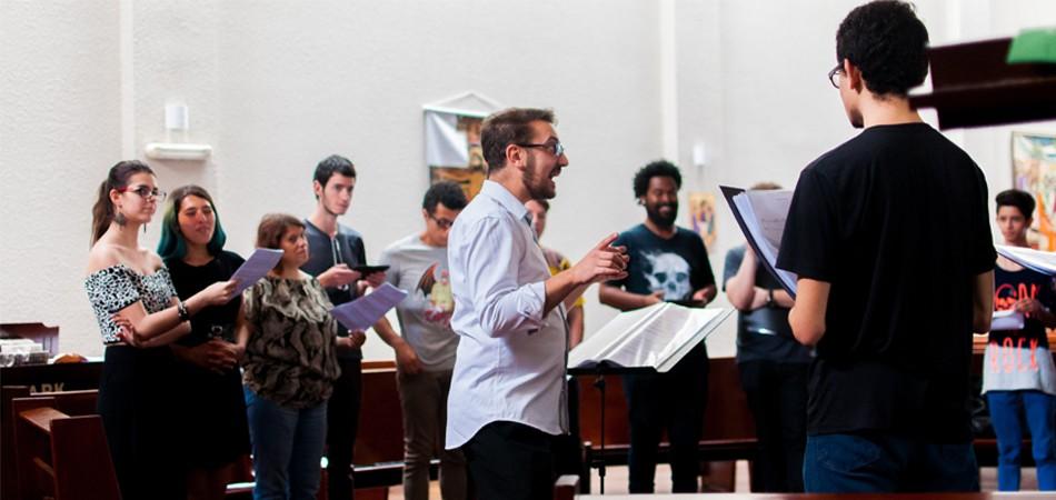 Coral Gay de Curitiba se apresenta em Igrejas para arrecadar mantimentos aos que precisam 1