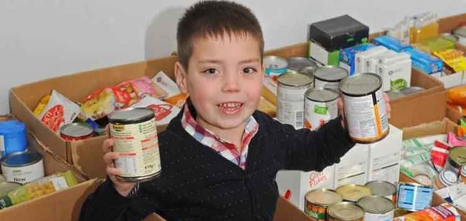 Garoto de 8 anos constrói centro de doação de alimentos na Inglaterra 1