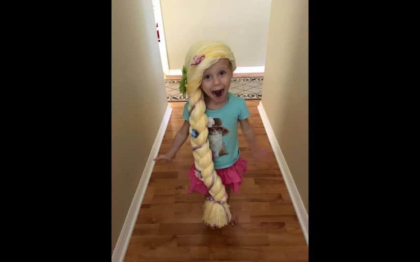 vip-pt-18080-noticia-mundo-enfermeira-cria-perucas-de-princesa-para-criancas-com-cancro