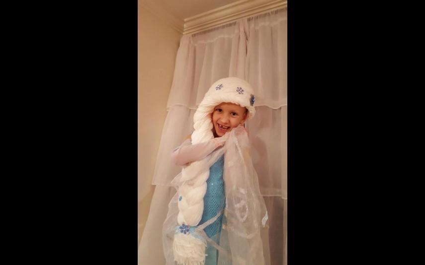 vip-pt-18080-noticia-mundo-enfermeira-cria-perucas-de-princesa-para-criancas-com-cancro_4