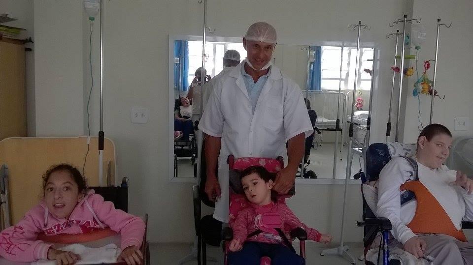Atendendo as crianças na Creche Especial Maria Claro.