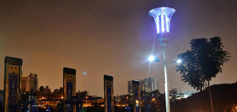 Muito além de iluminar, estes postes também matam mosquitos, carregam celulares e avisam de possíveis desastres 1