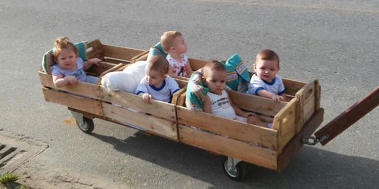Professoras fazem 'trenzinho' para bebês de creche de SC poderem passear 3