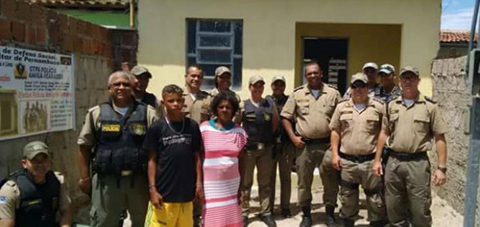 Polícias de PE constroem casa para senhora que morava em barraco coberto por plástico com dois filhos 1