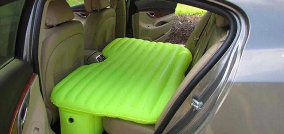 Colchão inflável inovador para você dormir confortavelmente no banco de trás 3
