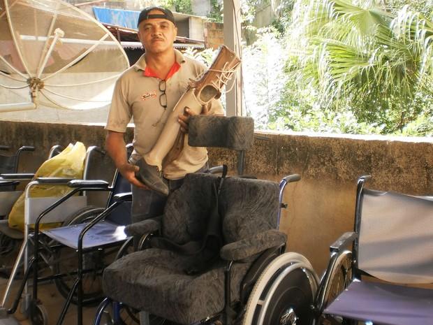 Carpinteiro reforma e empresta cadeiras de rodas e de banho gratuitamente 3