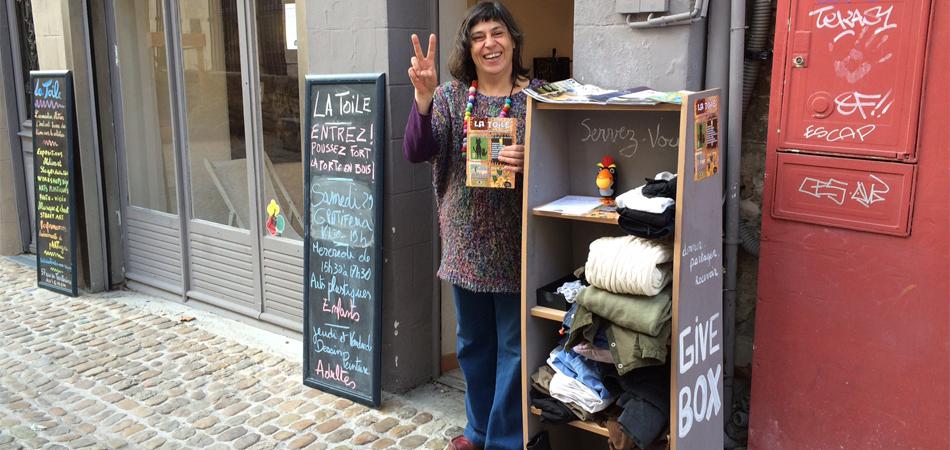 Uma estante de doações para qualquer pessoa fica na rua no sul da França 3
