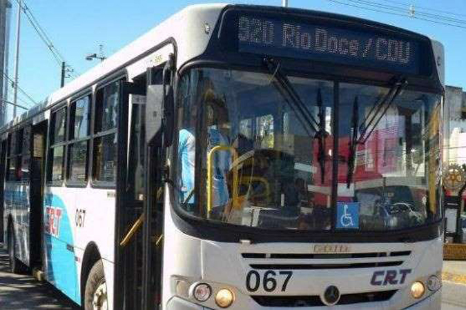Motorista para ônibus e dá bronca ao ver que ninguém cedeu lugar a deficiente visual 1