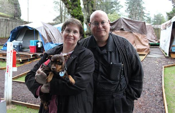 O casal que transformou o quintal de casa em um camping para moradores de rua 2