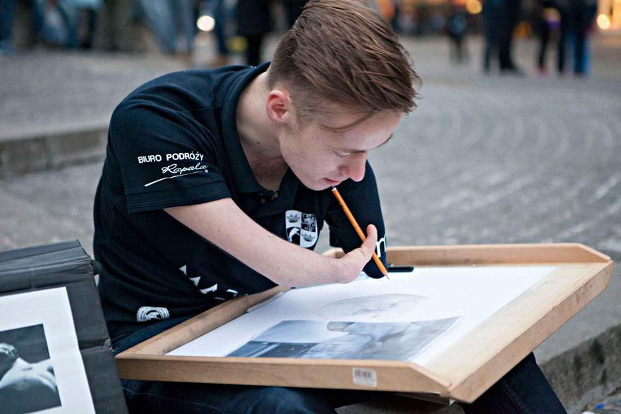 dibujante-realista-sin-brazos-mariusz-kedzierski-1