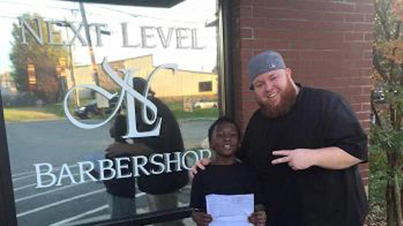 Barbeiro faz cortes de cabelo gratuitos para garoto em troca que ele tire notas boas 1