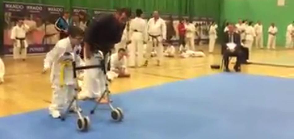 Vídeo de menino especial praticando karatê comove as redes sociais 1