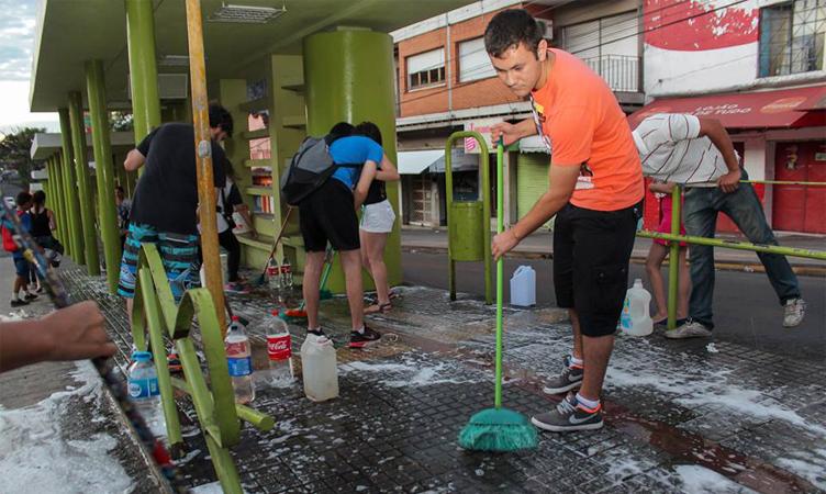 Jovem troca festa de aniversário por limpeza de terminal de ônibus no RS 5
