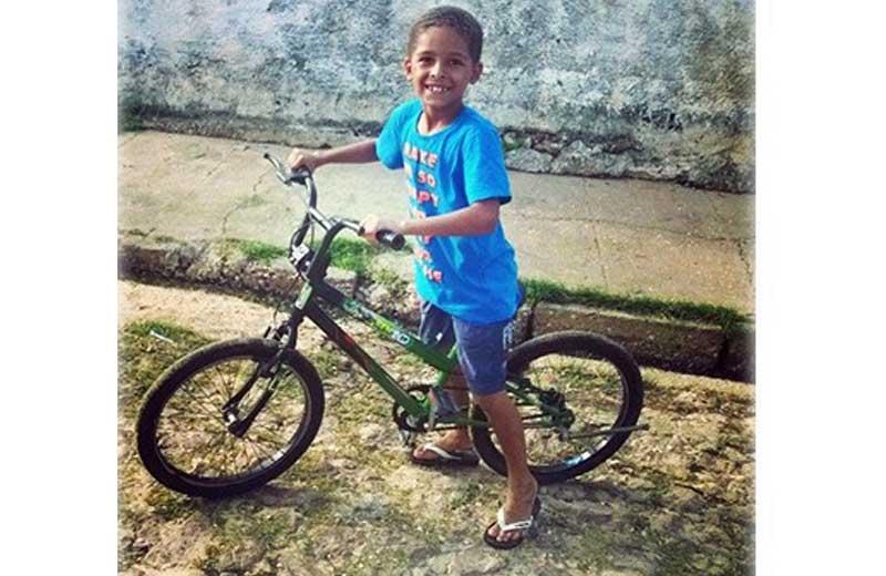 Menino de 7 anos junta moedas durante 6 meses e compra bicicleta dos sonhos 3