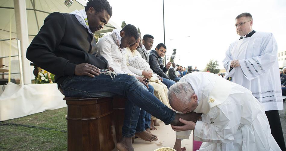 """Papa Francisco lava e beija os pés de muçulmanos e refugiados, e diz: """"Somos todos irmãos"""" 3"""
