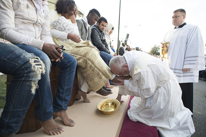 pope-francis-kisses-the-foot-of-a-man-during-the-foot-washing-ritual-at-the-castelnuovo-di-porto