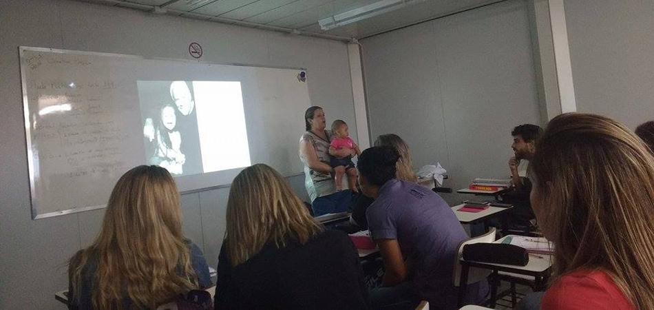 Professora dá aula com filha de aluna no colo para ela poder prestar atenção 2