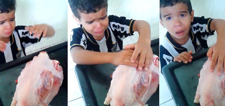 """""""Deixa ela quietinha"""", diz menino de 4 anos que flagra a mãe cortando uma galinha na pia 1"""