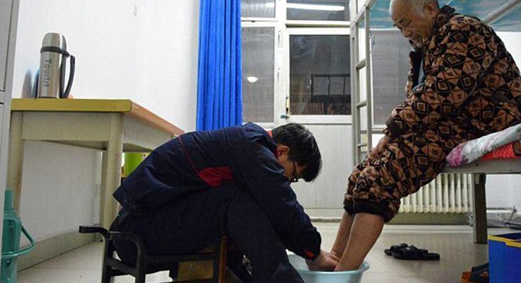 Filho demonstra gratidão e leva pai doente para morar com ele na faculdade 1