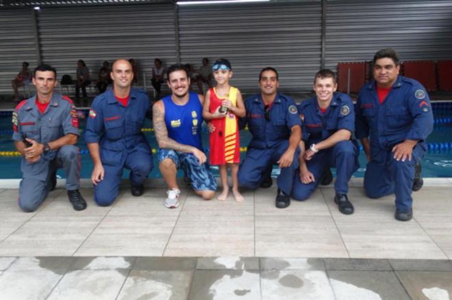 Menino de 5 anos salva primo mais velho de se afogar e é homenageado por bombeiros em SC 1