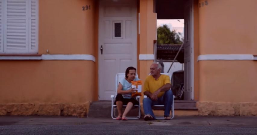 Campanha espalha cadeiras para estimular a volta do hábito de conversar na calçada 2