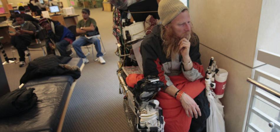 Biblioteca oferece serviços de saúde mental para moradores de rua; e está funcionando 2