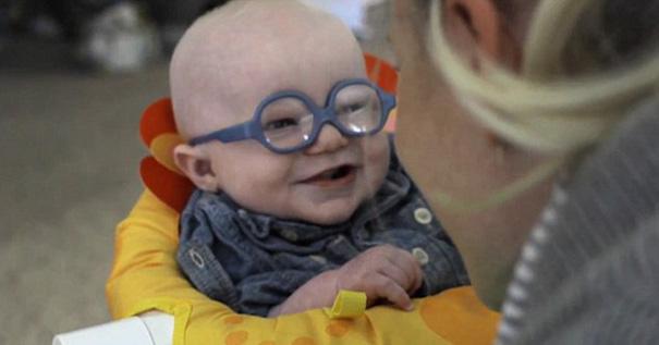bebe-ve-la-primera-vez-a-su-madre-con-gafas-leopold-wilbur-reppond-11