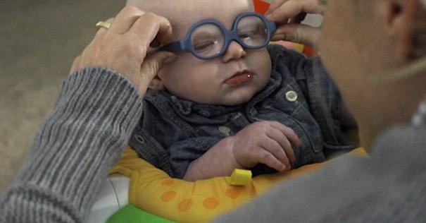bebe-ve-la-primera-vez-a-su-madre-con-gafas-leopold-wilbur-reppond-31