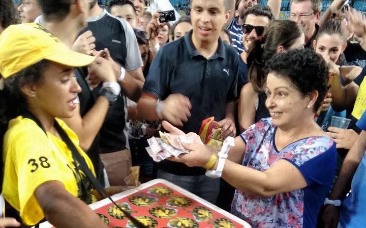 Fãs arrecadam dinheiro para vendedora que perdeu mercadoria em show do Coldplay 1