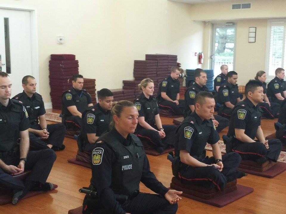 Policiais canadenses fazem curso de meditação para evitarem abordagens violentas 1