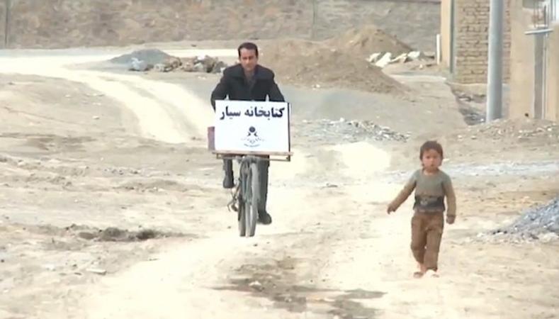 Professor percorre interior do Afeganistão de bike para entregar livros a crianças e adultos 1