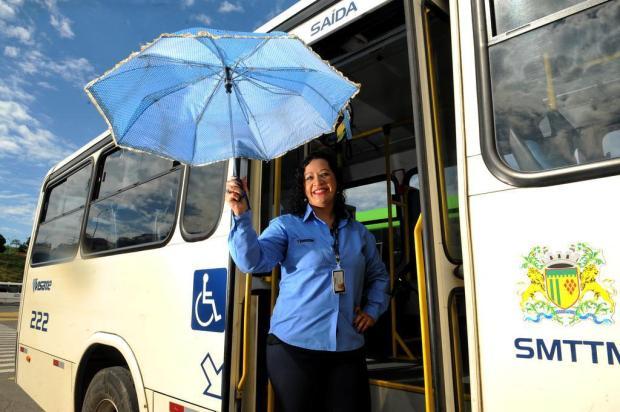 Motorista ajuda cadeirante atravessar a rua e embarcar no ônibus debaixo da chuva