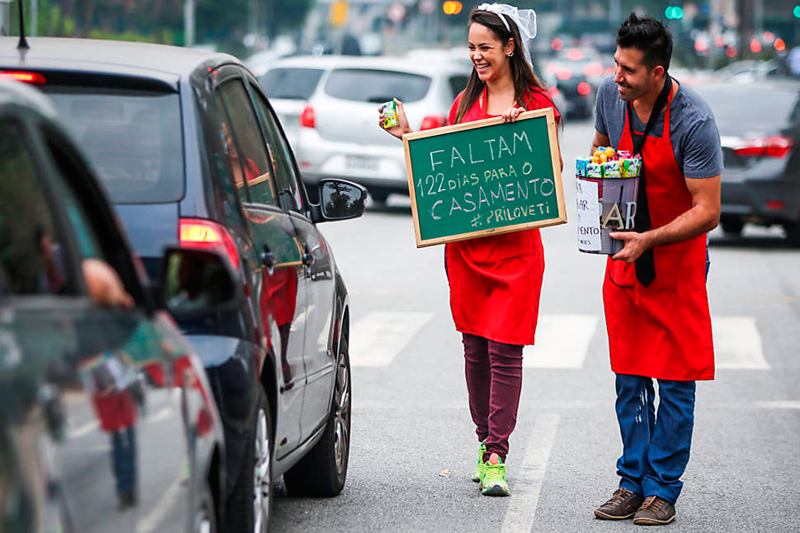 Casal vende doces nos semáforos de SP para realizar casamento 1