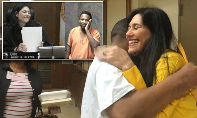 Juíza que reconheceu amigo no tribunal o reencontra após prisão 1