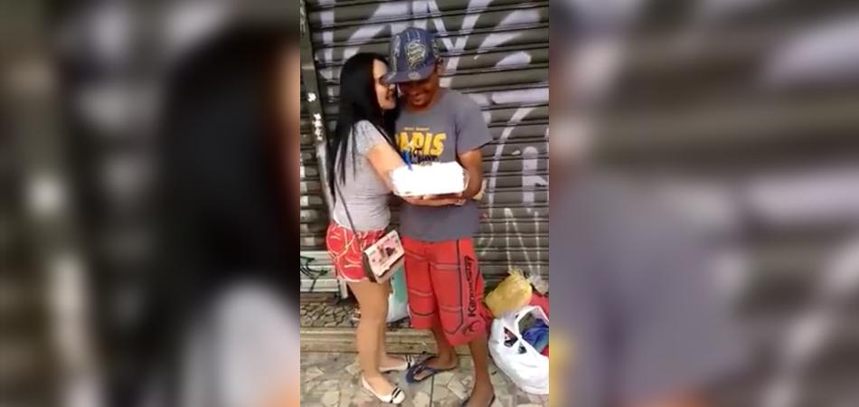 Mulher presenteia morador de rua com seu primeiro bolo de aniversário na vida 1