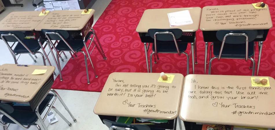 Professora escreve bilhetes nas carteiras dos alunos para acalmá-los durante prova 2