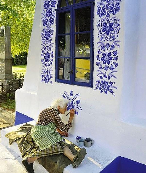 grandmother-agnes-kac5a1pc3a1rkovc3a1-delicately-paints-traditional-moravian-ornament-czech-republic-600x711