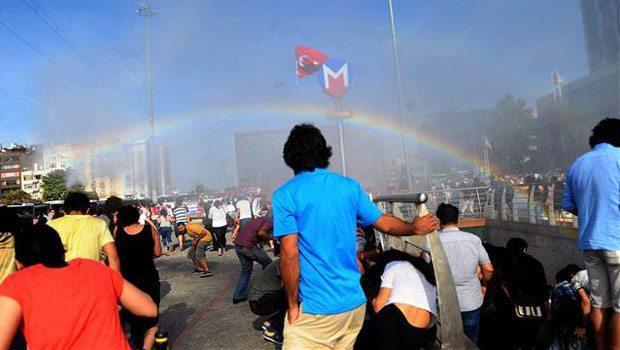 Polícia turca tenta expulsar pessoas na parada LGBT com jatos de água e criam arco-íris acidentalmente 1