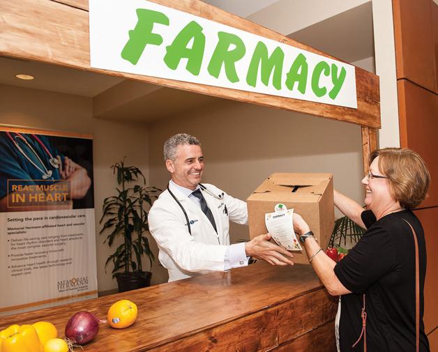 médico entregando alimentos orgânicos