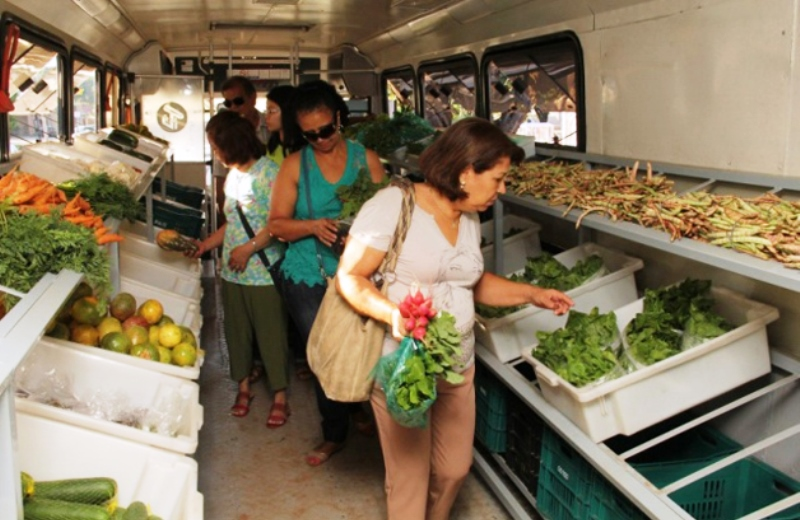 Ônibus itinerante vende alimentos orgânicos de produtores familiares por um preço acessível 2