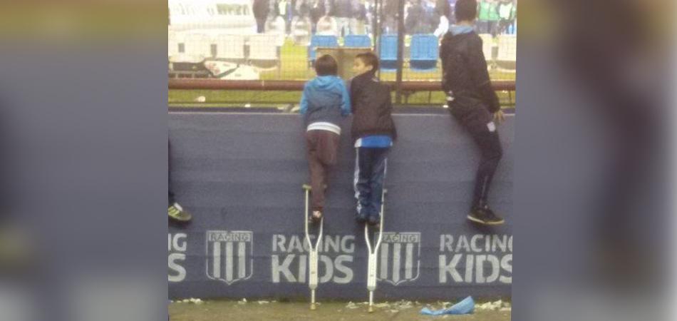 Menino com uma perna empresta muleta para amigo ver jogo na Argentina e comove a web 1