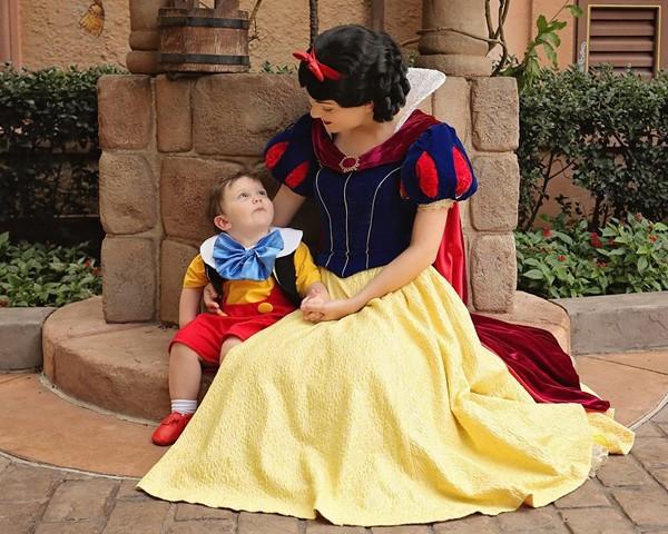 bebê autista se apaixona pela Branca de Neve