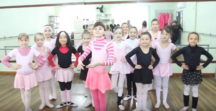 Professora adapta aulas de balé para ensinar menina cega 2