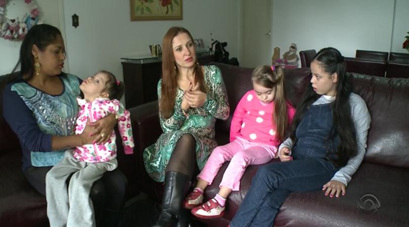 Sem preconceito nem medo: mulher adota 3 meninas com necessidades especiais 2