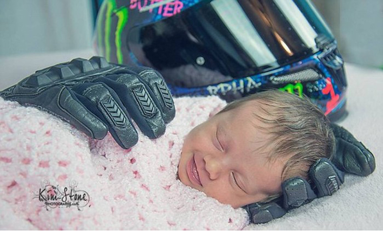 Foto de bebê amparada por luvas de pai morto viraliza na web 2