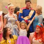 Juíza e testemunhas se fantasiam de princesas da Disney para comemorar adoção de garotinha 2