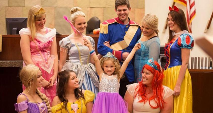 Juíza e testemunhas se fantasiam de princesas da Disney para comemorar adoção de garotinha 1